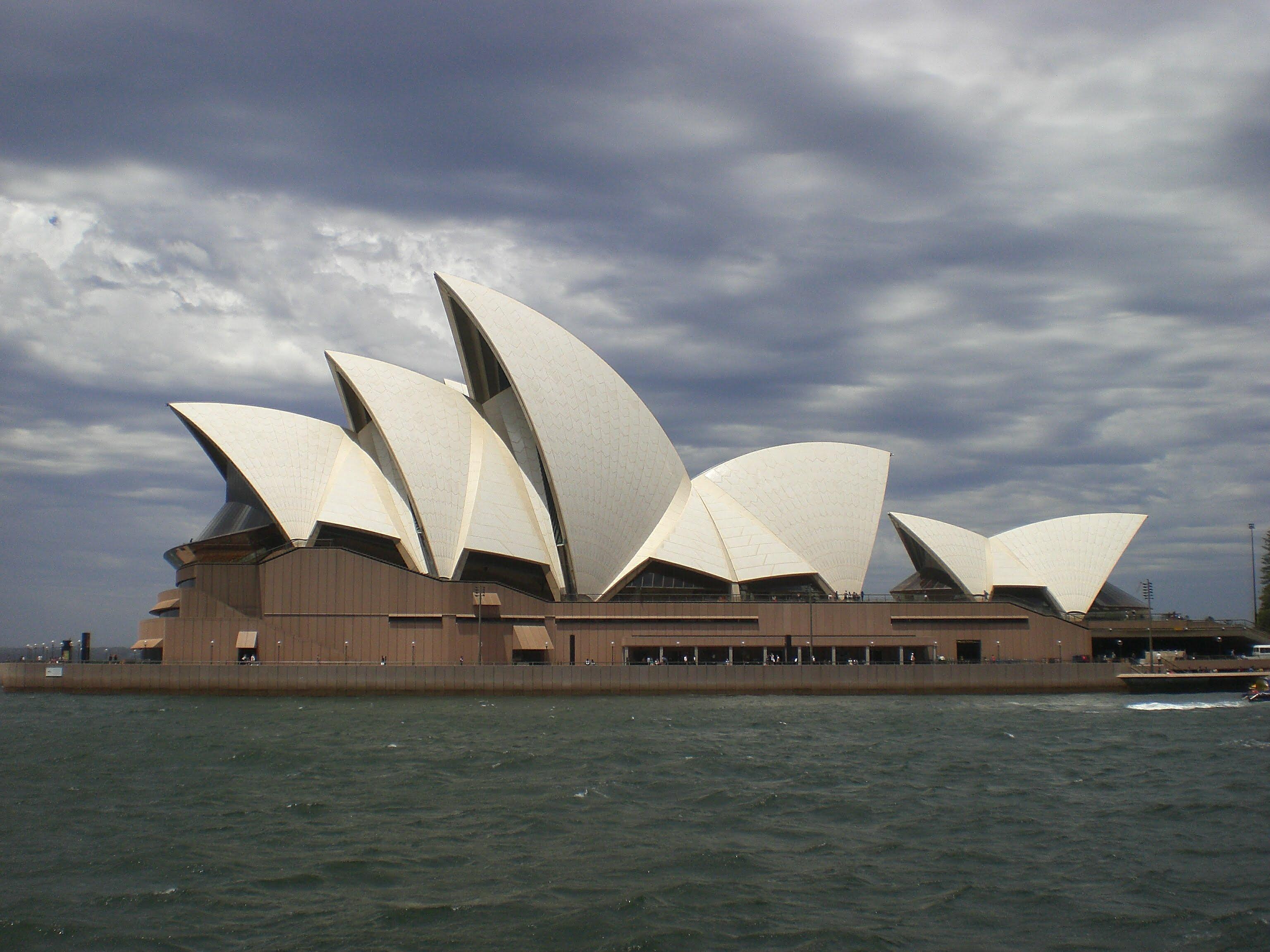長い歳月をかけて完成されたオペラハウスの光と影