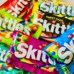 アメリカのお菓子と思いきや…、の スキットルズ (Skittles) !