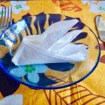 ナプキンでオペラハウスを折って、おしゃれなテーブルセッティングを演出