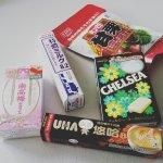 お気に入りの日本製お菓子をカバンに詰めて