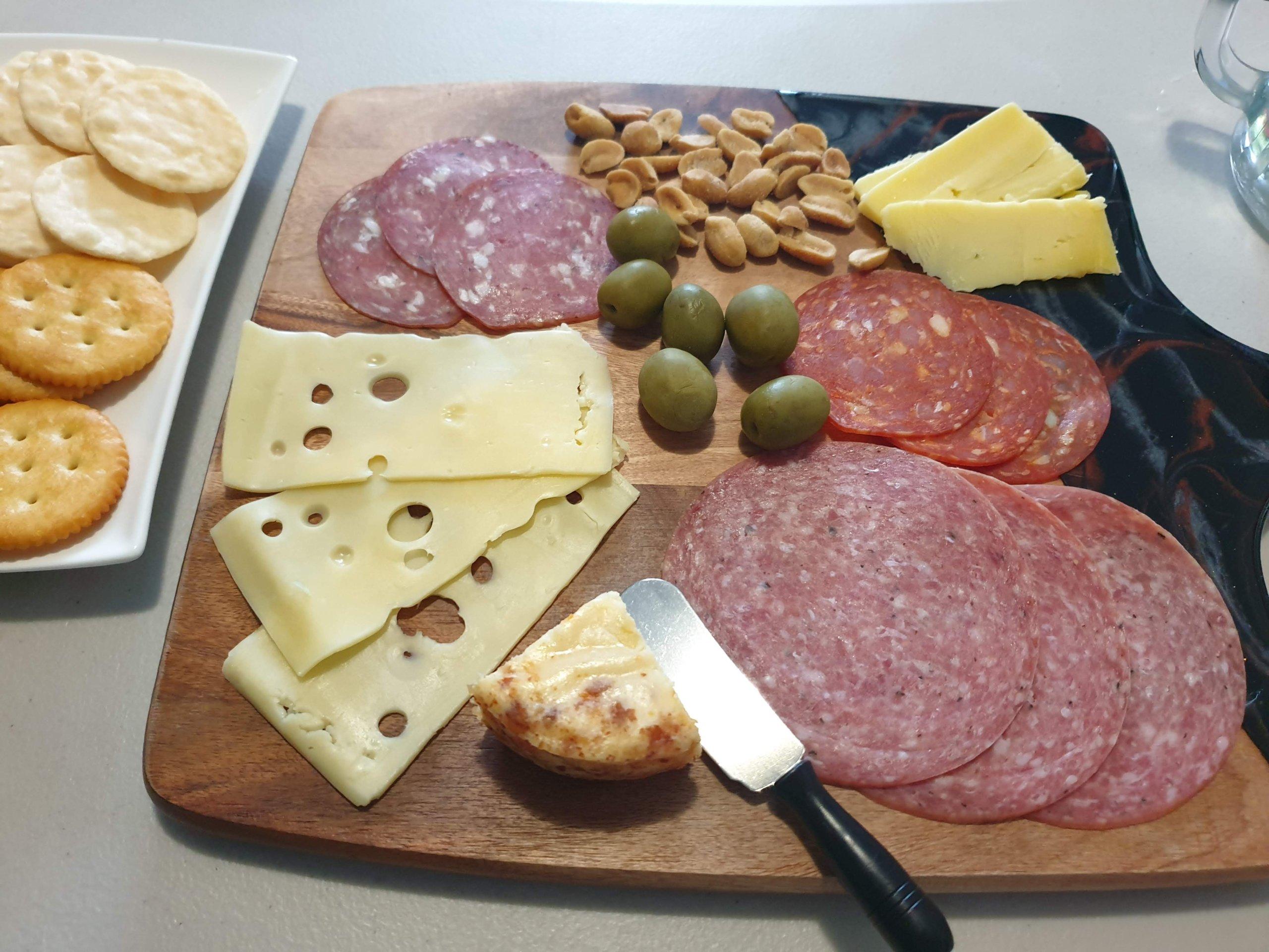 パーティやおもてなしに最適なチーズやサラミなどの盛り合わせはいかが?