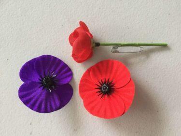 アンザックデーの象徴ポピーの花と『フランダースフィールドで』の詩